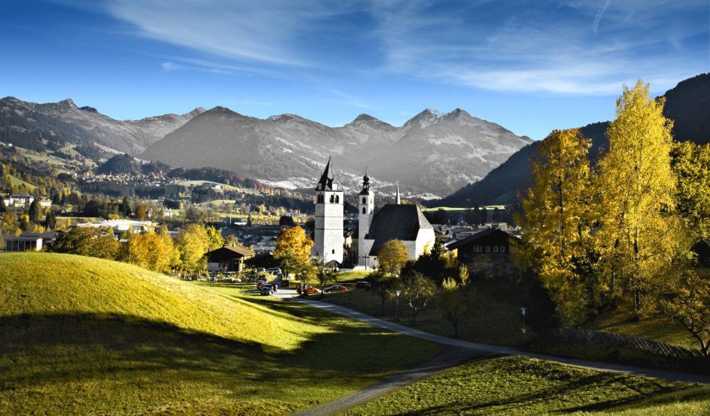 Kitzbühel, Tirol - Stadtzentrum von oben mit Stadtpfarrkirche - Urlaub in Tirol